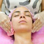 תמונה של אישה מקבלת טיפול פנים מקוסמטיקאית