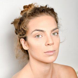 תמונה של דוגמנית עם איפור מוכן בסט צילומים