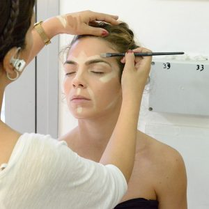 תמונה של דוגמנית בתהליך לקראת איפור מקצועי