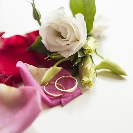 טבעות חתונה ופרחים - תמונת נושא לעמוד טיפול פנים לכלות